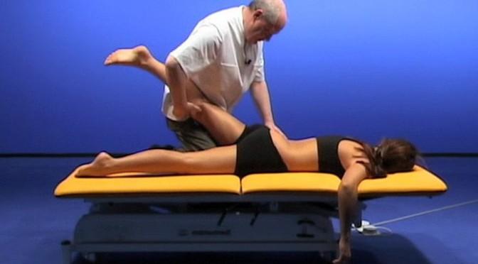 Scherengriff und Kniestütz in der Osteopathie – So geht's!