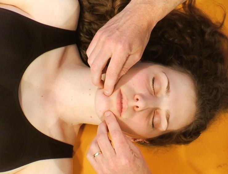 palpation des foramen mentale für den nervus mandibularis kiefergelenks